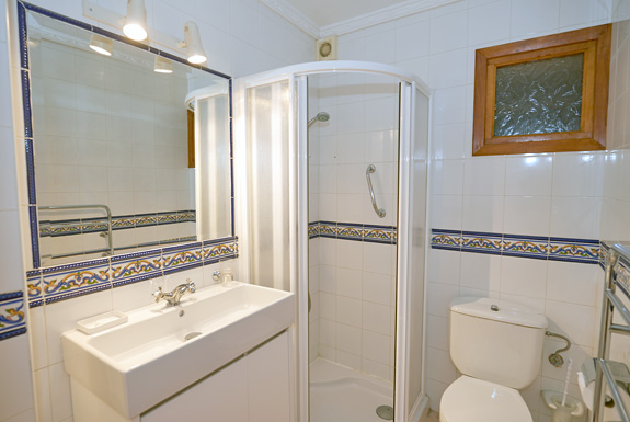 Casa arriba is a spanish villa for rent in mijas for Z gallerie bathroom guest book