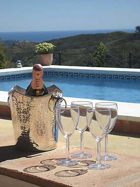Poolside champagne anyone!