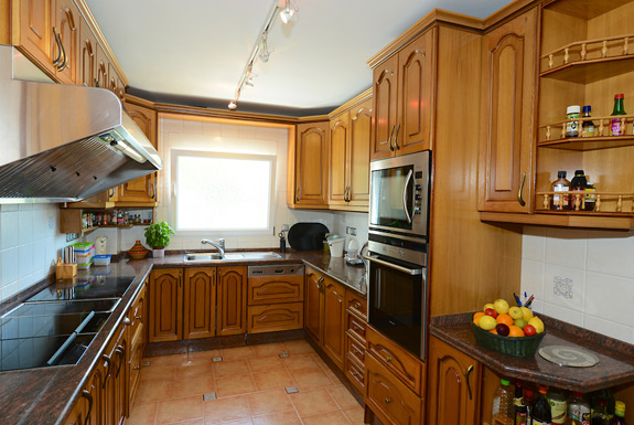 Fully equipped kitchen at Casa Claveles, Mijas Costa holiday villa for rent