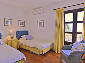 The twin bedroom at Casa Clover holiday Villa, Mijas