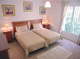 Bright twin bedroom at La Fuente No 8