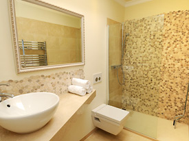 One of the shower-rooms in the 2 bedroom apartment at Casa la Noria holiday villa for rent, Mijas Pueblo