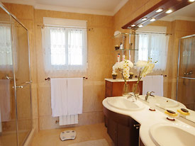The ensuite master bathroom at Casa las Rosas