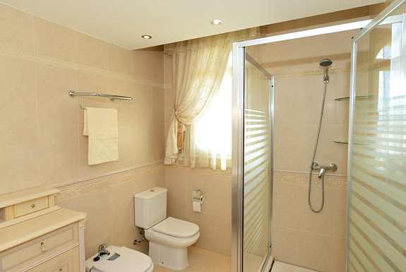 Vista montana fabulous mijas holiday villas for rent for Z gallerie bathroom guest book